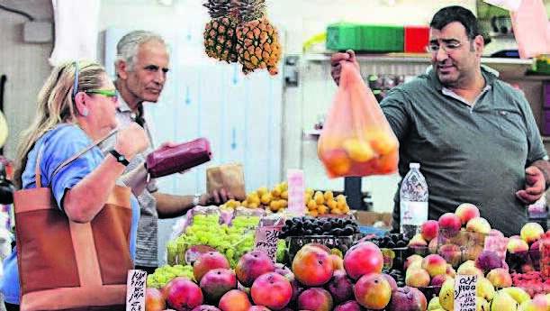 """דוכן בשוק הכרמל בת""""א שוק פירות ירקות"""