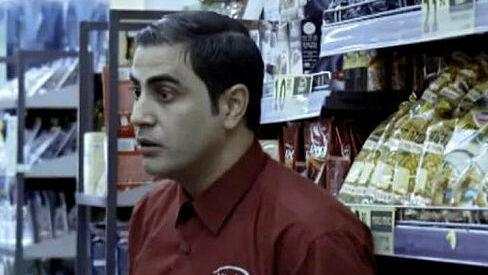 השחקן אמיר שורוש כראמזי בקופה ראשית, מתוך הסדרה קופה ראשית