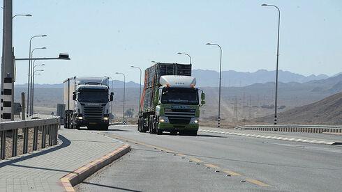 משאיות נוסעות על כביש הערבה כביש 90, יאיר שגיא