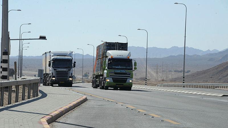 משאיות נוסעות על כביש הערבה כביש 90