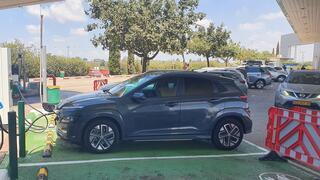 רכב חשמלי יונדאי קונה עמדת טעינה אפקון כביש שש, צילום: תומר הדר