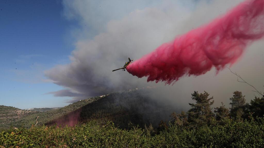 מטוסי כיבוי מעל השריפה בהרי ירושלים