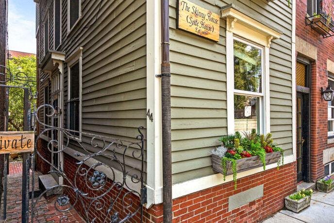 סקיני האוס בוסטון בית צר למכירה