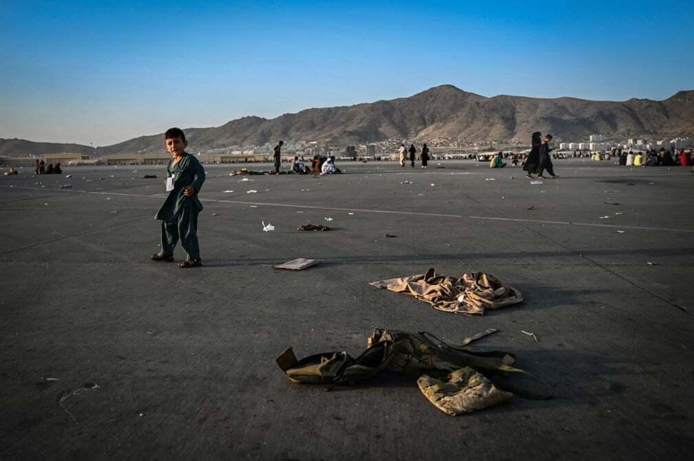 פוטו אפגניסטן טאליבן ילד ליד מדים שדה תעופה