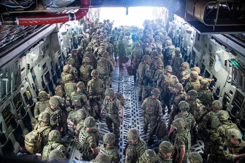 פוטו אפגניסטן טאליבן שדה תעופה חיילים בריטיים על מטוס