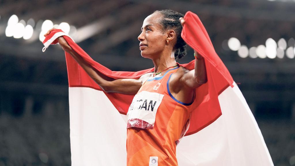 סיפאן חסן מנופפת בדגל הולנד אחרי שזכתה בזהב בריצה ל־ 10,000 מטר ב טוקיו