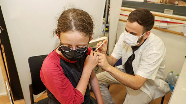 """בכירי משרד הבריאות: חיסון שלישי - לכולם; פטור מבידוד למחוסנים ששבו מחו""""ל"""