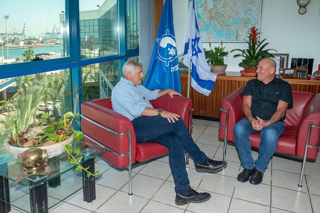 מימין מנדי זלצמן מנכ״ל נמל חיפה אשל ארמוני יו״ר דירקטוריון נמל חיפה