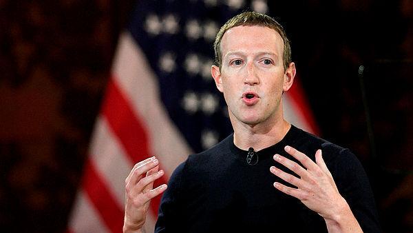 """מארק צוקרברג פייסבוק על רקע דגל ארה""""ב"""