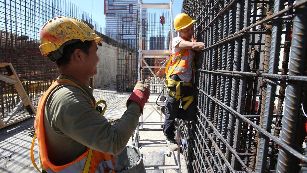 פועלי בניין פועל בניין פיגומים באתר בנייה