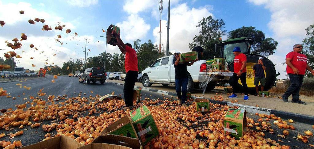 חקלאים משליכים פירות במחאה על פתיחת היבוא
