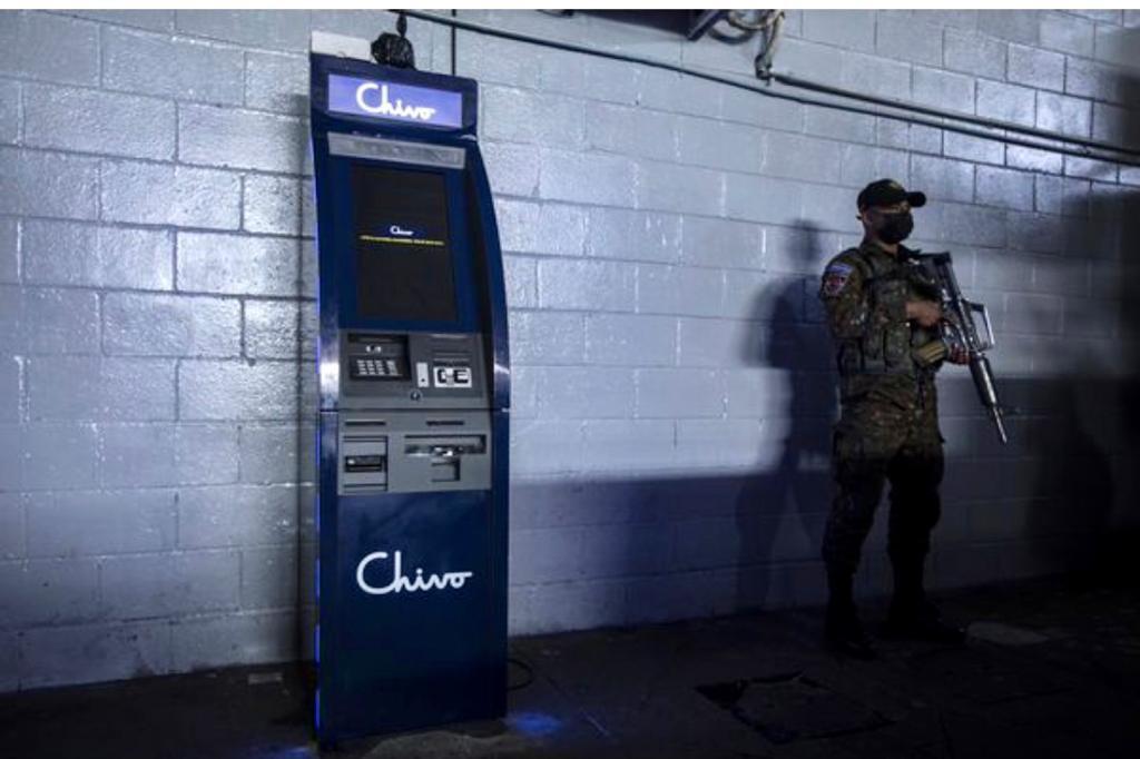 חייל חמוש שומר על כספומט ביטקוין באל סלבדור