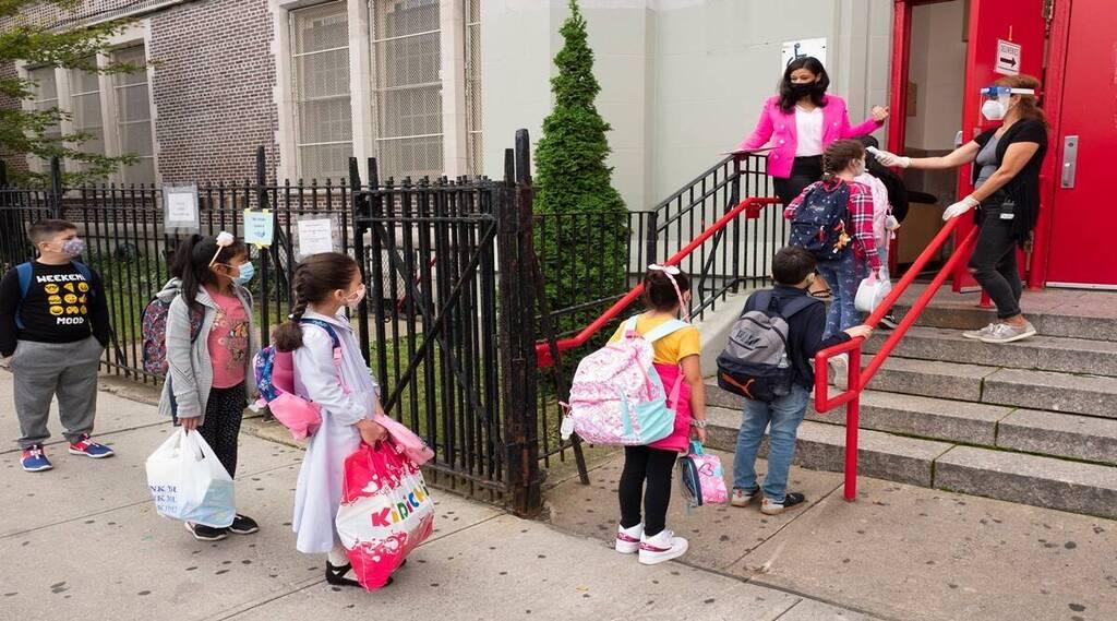 תלמידים נבדקים קורונה בית ספר יסודי ברוקלין ניו יורק
