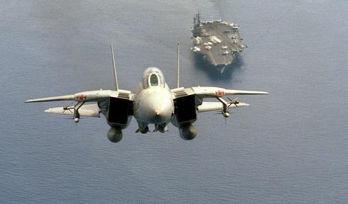 F14 ממריא, כשתחת גחונו שני טילי פניקס, צילום: USN