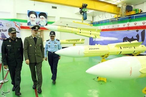 שר הביטחון האיראני אמיר חתמי (במרכז) חונך את פס הייצור של הטיל ב-2018, מלווה במפקד חיל האוויר וראש משמרות המהפכה  , צילום: Tasnim