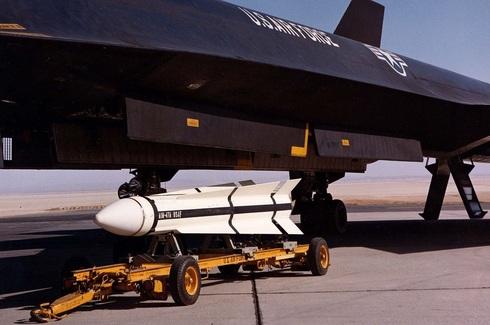 טיל ה-AIM47 מתחת לגרסה הקרבית של הציפור השחורה, צילום: USAF