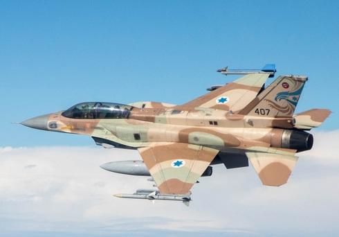 """מטוס סופה ישראלי עם טיל AIM120 בקצה כנפו השמאלית, צילום: דובר צה""""ל"""