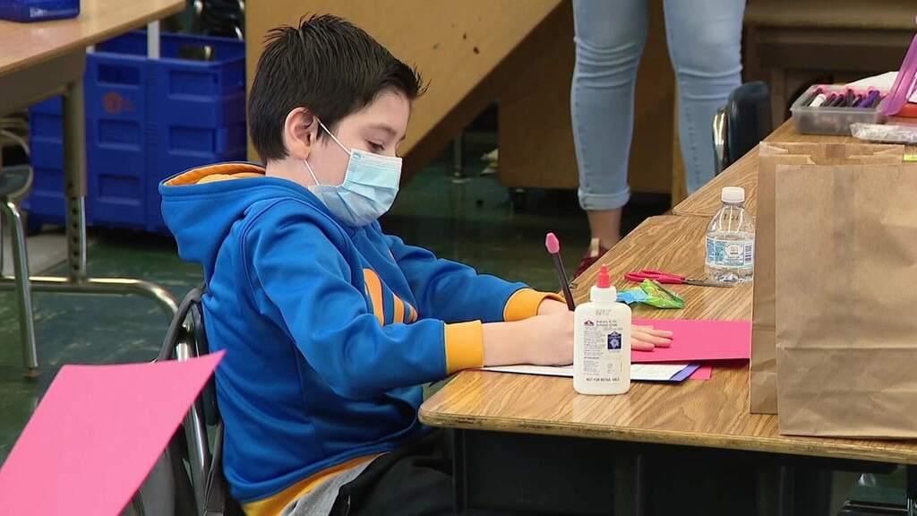 תלמיד בית ספר יסודי קורונה לוס אנג'לס חיסון