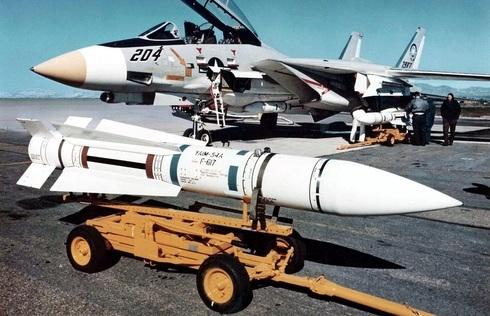 אחד מטילי הפניקס הראשונים, וברקע המטוס שמשגר אותו, צילום: USN