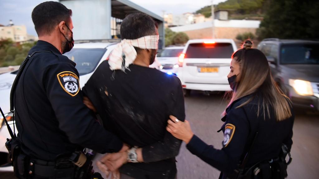 קאסם עארדה בדרכו לניידת מחבלים נמלטו מכלא גלבוע נלכדו