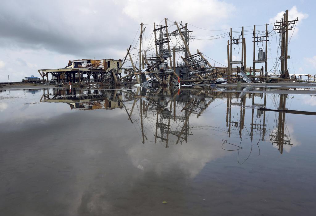 נזקים ל קווי חשמל ולבתים ש הוריקן איידה גרם בלואיזיאנה ארצות הברית