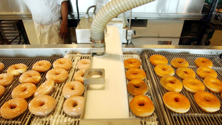 """פס ייצור של קריספי קרים דונאטס ב דנבר ארה""""ב, צילום: בלומברג"""