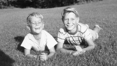 """גיורא ירון ואחיו איתמר ירון ז""""ל. התמונה צולמה באיווה שבארה""""ב, שם שהתה המשפחה בעקבות הדוקטורט של אביו, דן ירון. איתמר (משמאל), אז בן 6, וגיורא בן 10, צילום: באדיבות המשפחה"""