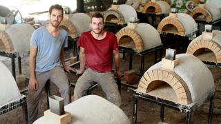 מוסף שבועי 15.9.21 המשוגעים לדבר עומרי יואלי ו יפתח שפירא מייצרים טאבונים מאבן, צילום: עמית שעל