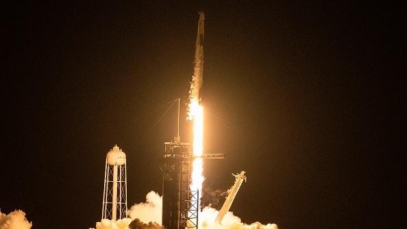 עוד רגע היסטורי ל-SpaceX: שוגרה החללית הראשונה ובה צוות אזרחי
