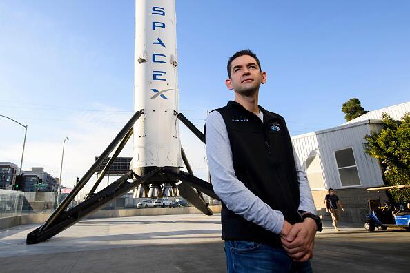 המיליארדר ג'ארד אייזקמן טס לחלל בחללית Inspiration4 של SpaceX ספייס X  הטיסה הראשונה שכל הנוסעים בה היו אסטרונאוטים לא מקצועיים