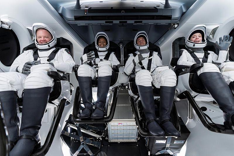 חברי צוות החללית Inspiration4 של SpaceX ספייס X  בהכנות לטיסה הראשונה שכל הנוסעים בה היו אסטרונאוטים לא מקצועיים