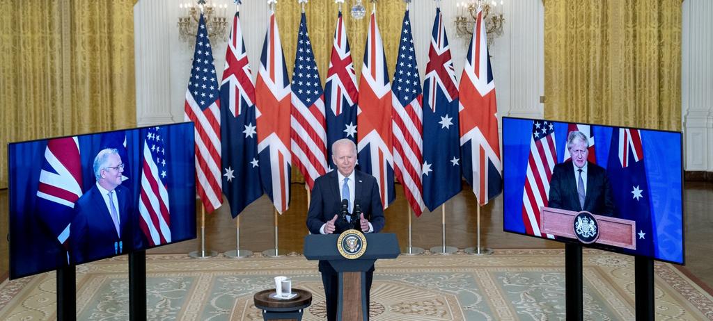 """נשיא ארה""""ב ג'ו ביידן נואם כשמצדדיו ראש ממשלת בריטניה בוריס ג'ונסון וראש ממשלת אוסטרליה סקוט מוריסון"""