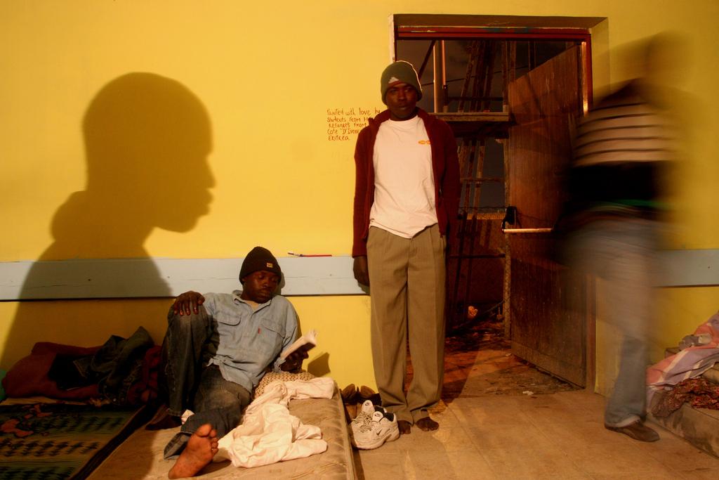 מבקשי מקלט מרוכזים במחסה עם הגיעם לישראל דרום תל אביב ינואר 2008