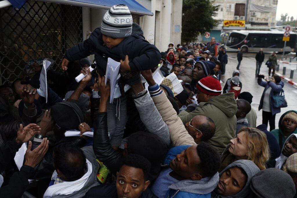 תור של מבקשי מקלט אפריקאים מול רשות ההגירה והאוכלוסין, תל אביב ינואר 2018