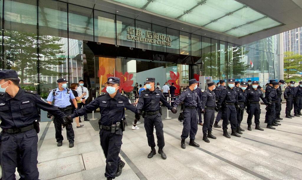 שוטרים מונעים גישת נושים למטה אוורגרנד ב שנז'ן