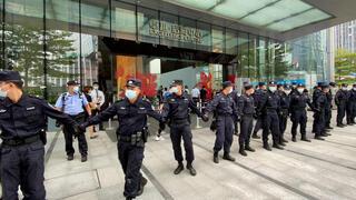 שוטרים מונעים גישת נושים למטה אוורגרנד ב שנז'ן, צילום: רויטרס