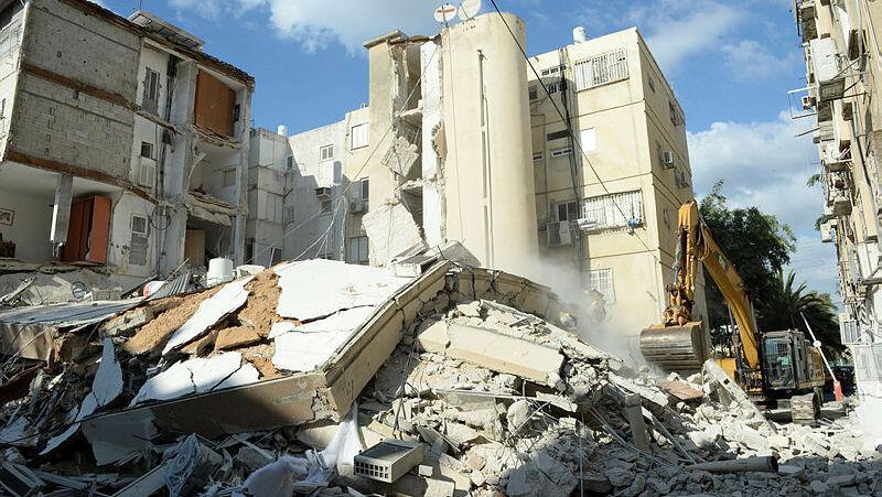 """הבניין קרס, ובעיריית חולון מגלגלים אחריות: """"היו סדקים, הדיירים טיפלו בצבע וטיח"""""""