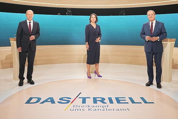 בחירות ב גרמניה הבחירות בגרמניה שלושת המועמדים אחרי העימות ביניהם מימין ארמין לשט אנלנה ברבוק ו אולף שולץ