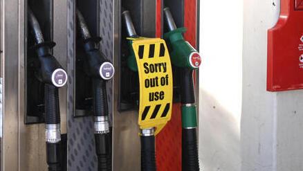 המחסור בדלק בבריטניה: בוריס ג'ונסון שוקל גיוס חיילים לעבודות אספקה
