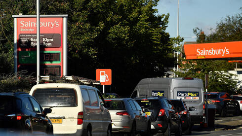 בריטניה: תורי ענק בתחנות הדלק מחשש למחסור