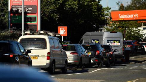 בגלל המחסור בדלק: חשש בבריטניה שרופאים לא יצליחו להגיע לעבודה