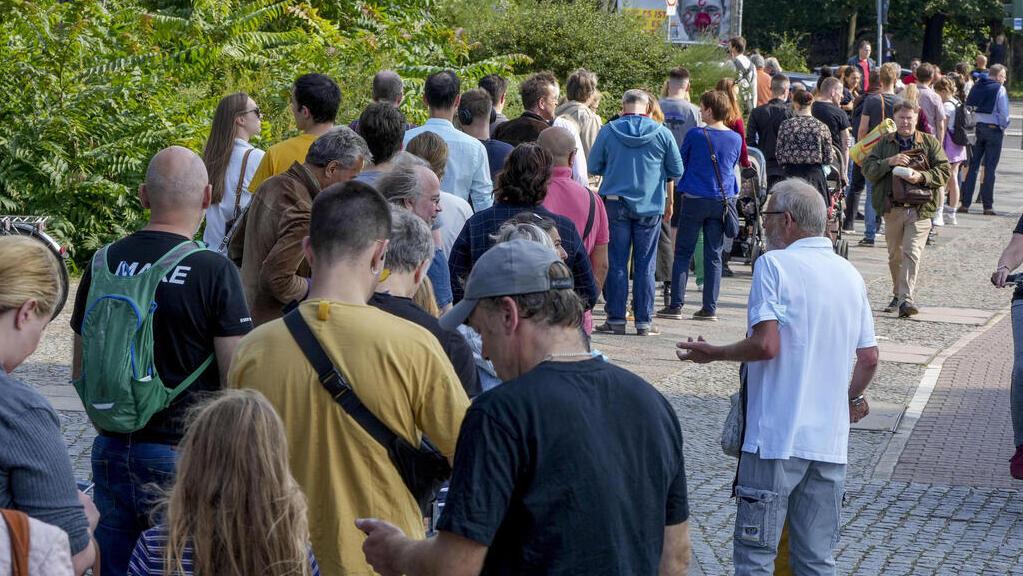 מצביעים ב תור לקלפי ב ברלין בחירות ב גרמניה