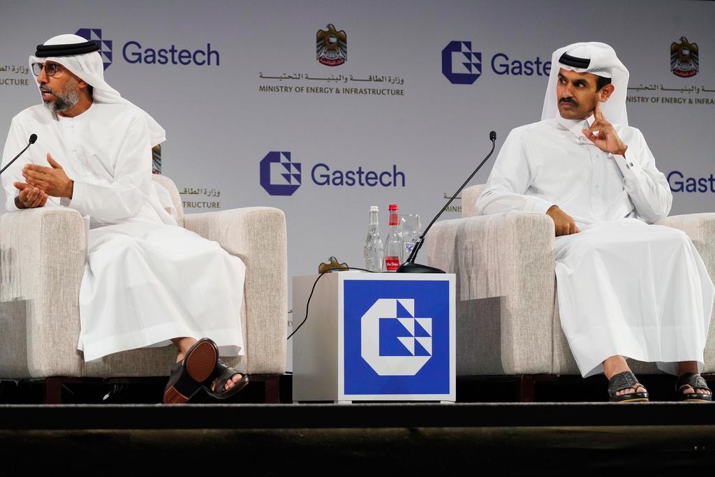 מימין שר האנרגיה הקטארי סאעד אל־קאעבי בחודש שעבר בכנס אנרגיה ב דובאי