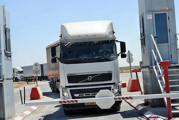 משאית במעבר כרם שלום
