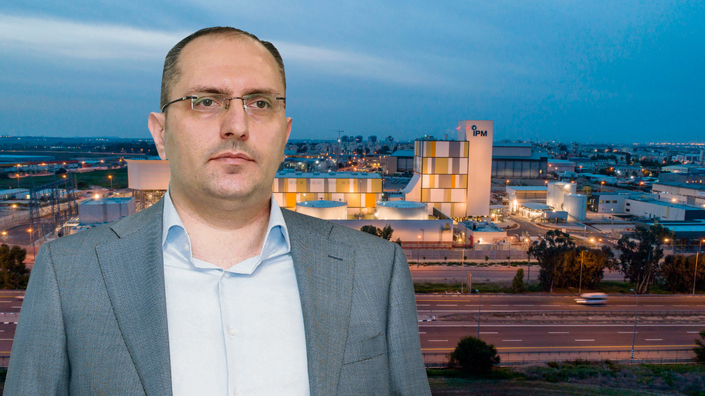 מוטי בן משה על רקע תחנת הכוח בבאר טוביה