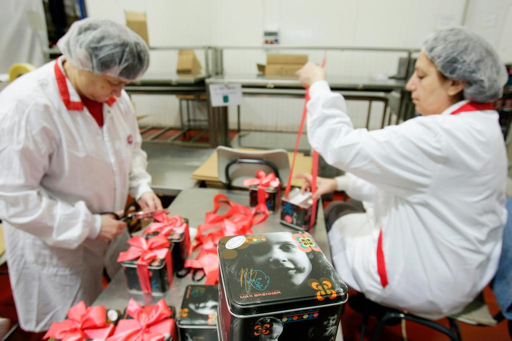 עובדים של חברת המשקם ב עבודה ב בית אריזה של מפעל השוקולד מקס ברנר ב אזור תעשיה בית שמש