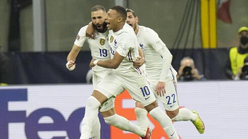 """קיליאן אמבאפה וקארים בנזמה חוגגים ניצחון על ספרד """"ליגת האומות"""", AP"""