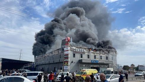 קניון בקלנסווה נשרף כליל, לקוחות פונו מהחנויות