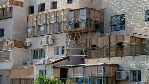 בעלי דירות היזהרו: עבירות בנייה אצל השכנים עלולות למנוע רישום בטאבו של הבניין
