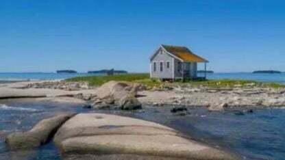 למכירה: אי בודד קטנטן - ועליו בית